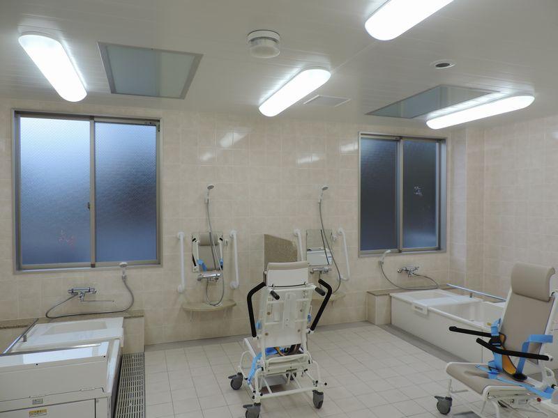 Clinique salle de bain pour handicapés PLEZURA encastré