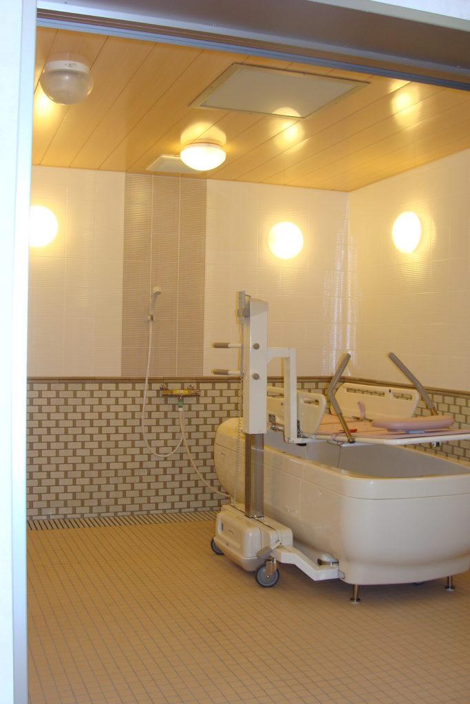 Clinique salle de bain adaptée pour mobilité réduite PLEZURA encastré